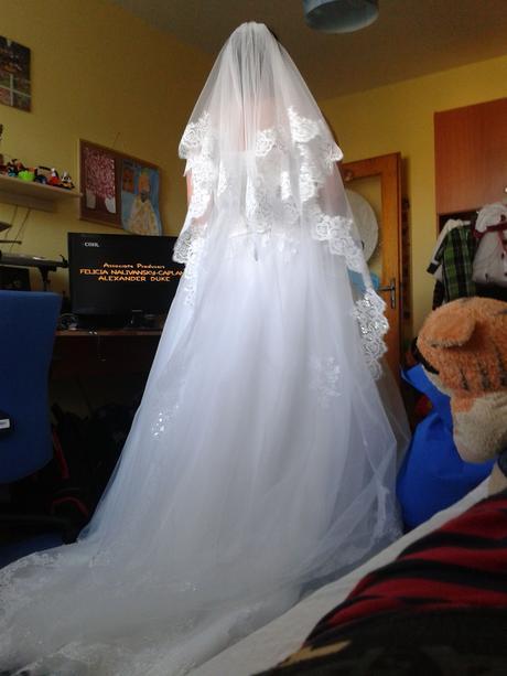 Svatební závoj dlouhý, krajkový s hřebínkem,