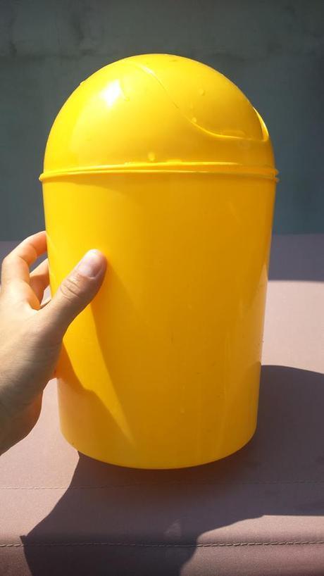 plastový odpadkový kôš,