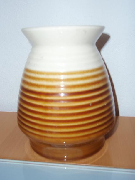 pruhovaná keramická váza,