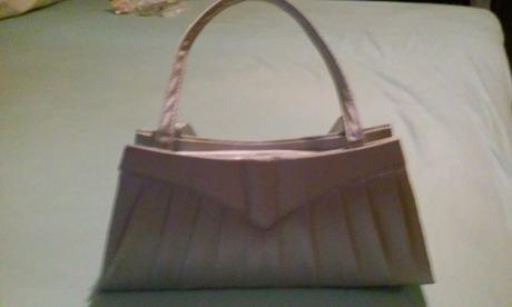kabelka sivo-striebornej farby, S
