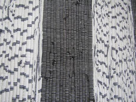 cierno - biely tkany koberec,