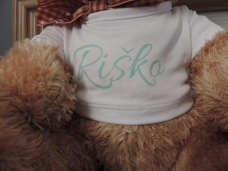 Plyšový medveď s menom na tričku,
