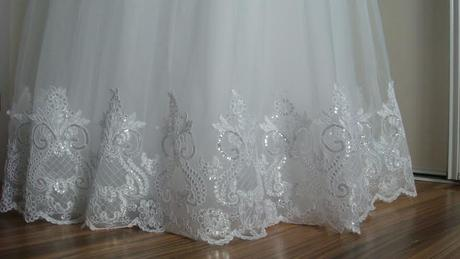 Snehovobiele svadobné šaty s čipkou, 36