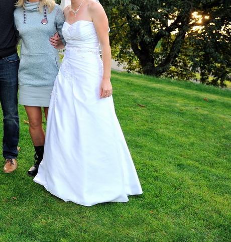 Bílé svatební saténové šaty s ozdobnou aplikací, 36