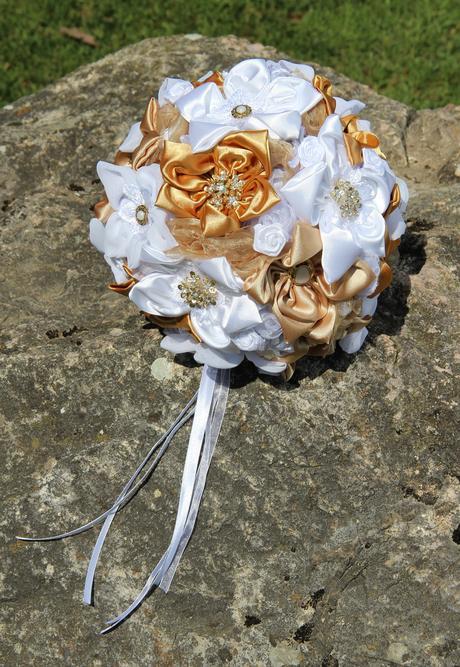 kytica zo šitých kvetov, pierko a ozdoba do vlasov,