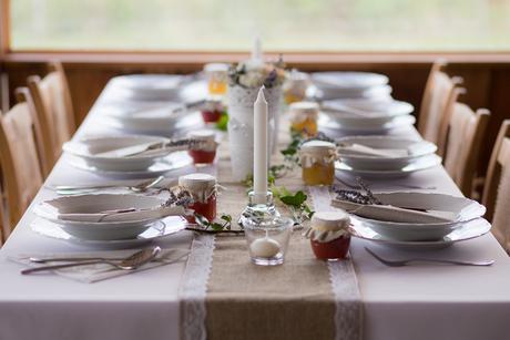 zvyšky svadobnej výzdoby - svietniky, lampióny,