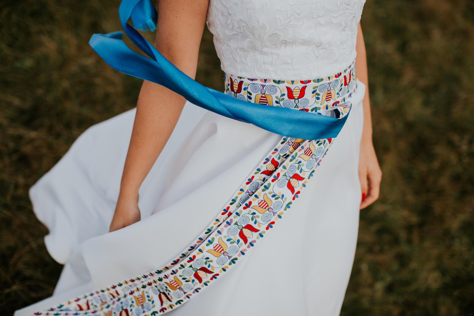 Na mieru šité šaty so strojovou vyšívkou ff8933b1d95