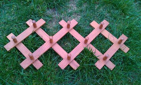 drevený vešiak,