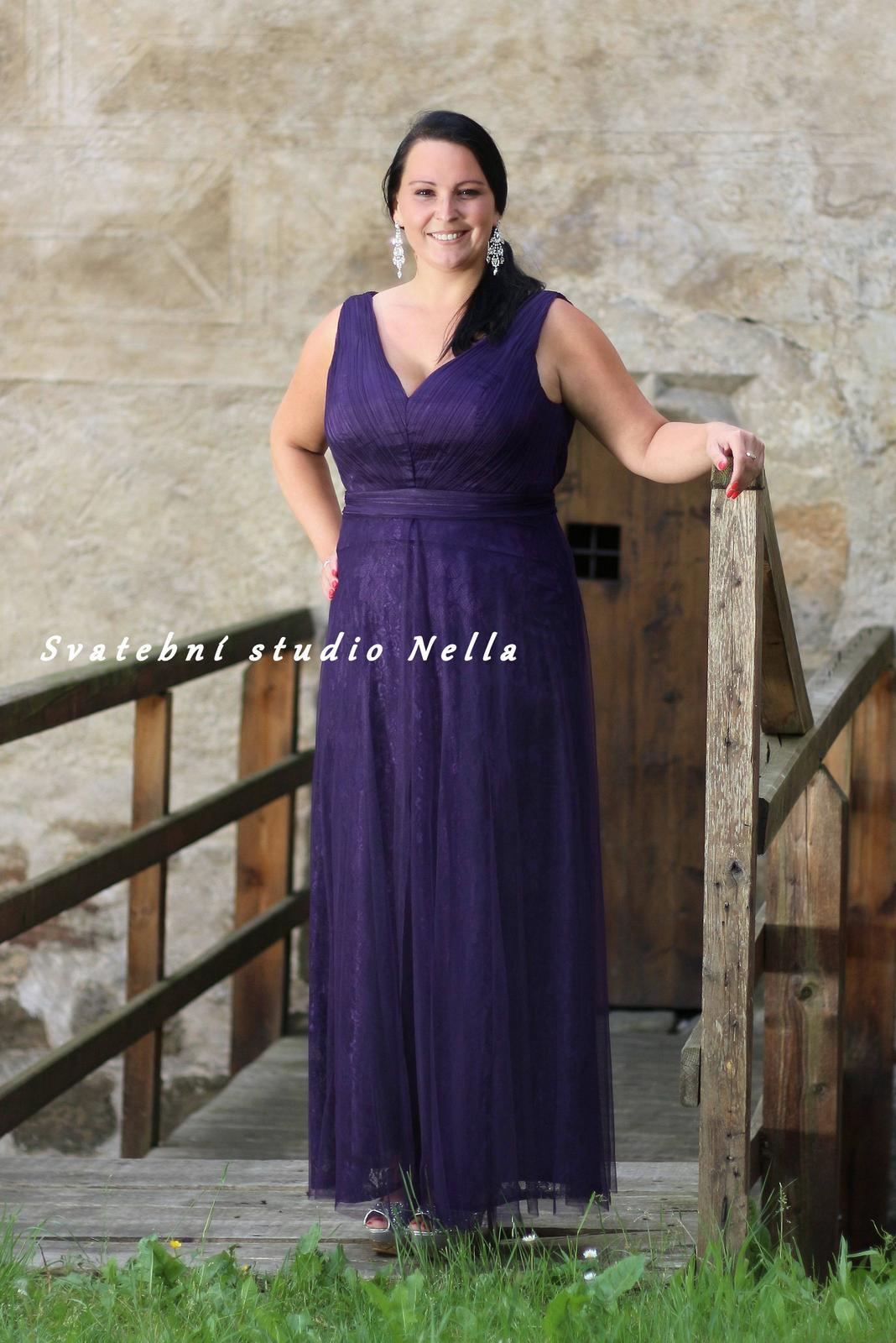 65bc185d561 Dlouhé společenské šaty pro plnoštíhlé fialové