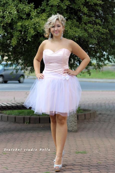 Krátké tylové společenské šaty meruňkové, 38