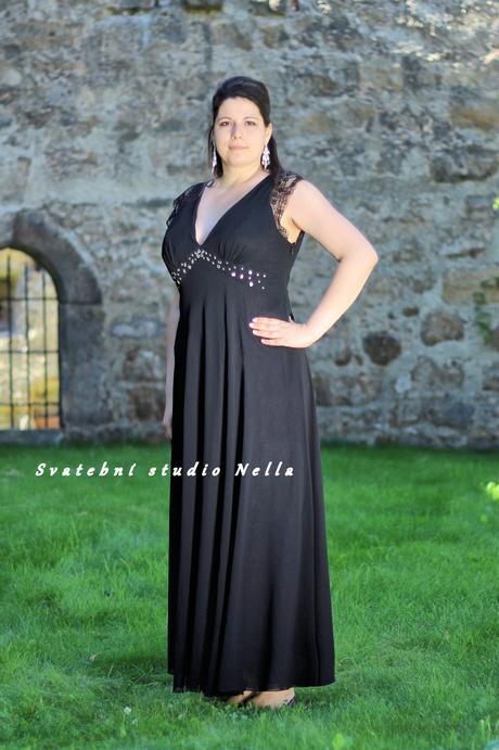 Půjčíme dlouhé společenské šaty černé na ramínka, 46