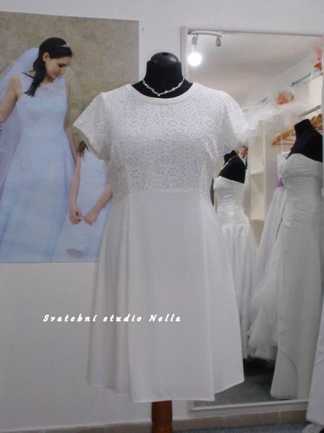 Půjčíme krátké společenské šaty světle smetanové, 46