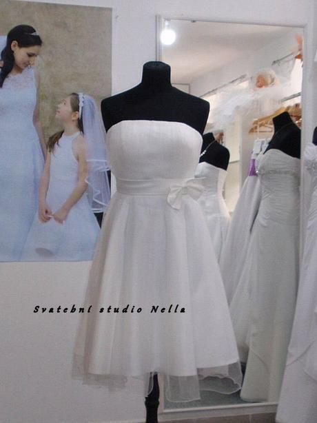 Půjčíme krátké tylové společenské šaty bílé, 36