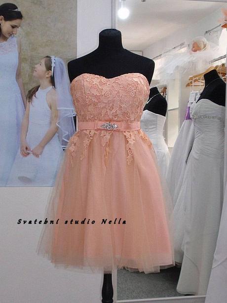 Půjčíme krátké tylové společenské šaty meruňkové, 38