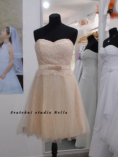 Půjčíme krátké tylové společenské šaty smetanové, 38