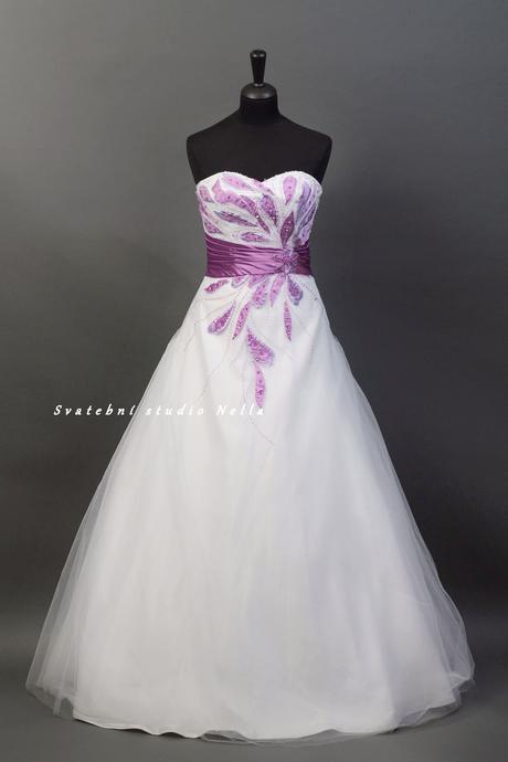 Svatební šaty bílé s fialovou výšivkou , 38
