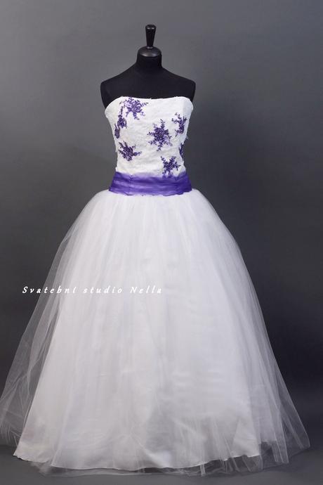 Svatební šaty bílé s fialovou výšivkou , 40