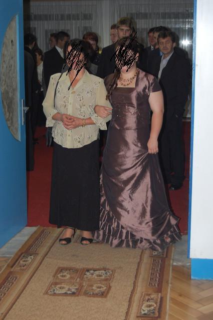 Slávnostné šaty s kruhom, 44