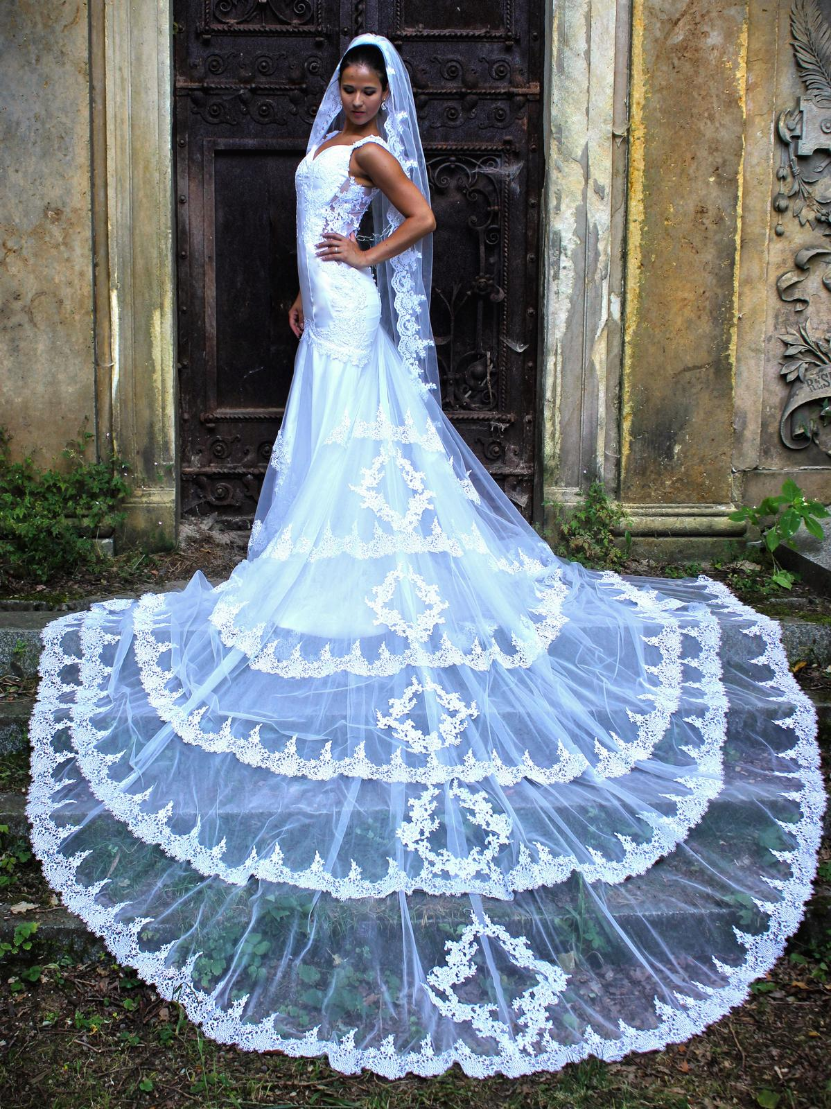 c7d4a5f125e Originální šaty šité na míru