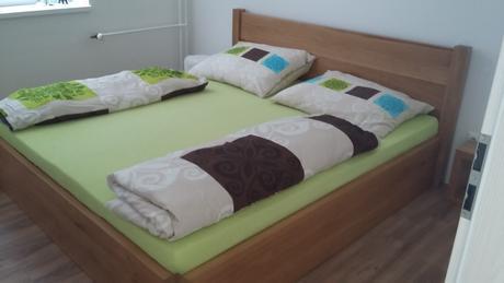 Masívna posteľ,