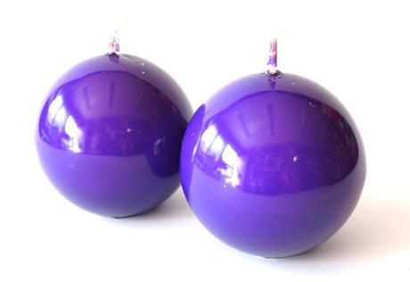 Sviečka guľa fialová 8cm,