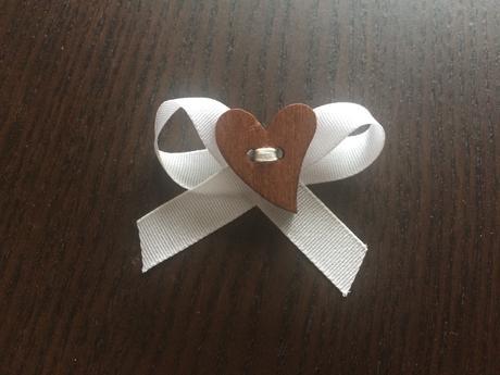 Svatební bílé vývazky s dřevěným srdíčkem,