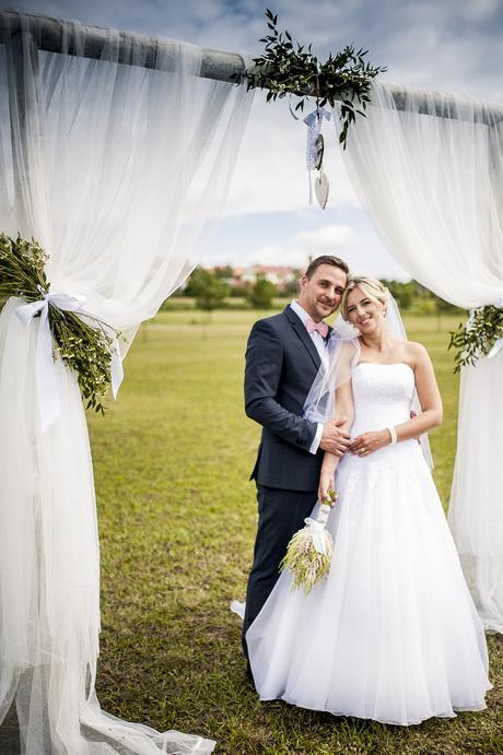 Svatební šaty tvarující postavu, 38