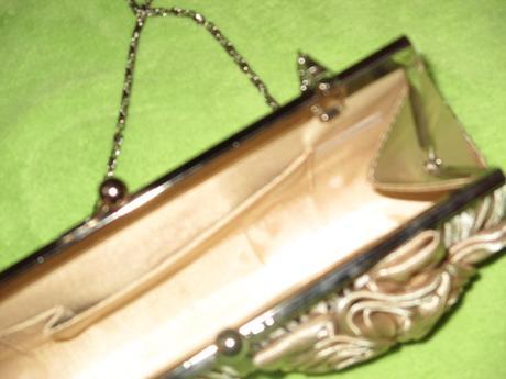 zlatá spoločenská kabelka, S
