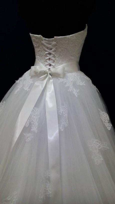 Svadobné šaty zdobené krajkou, 38