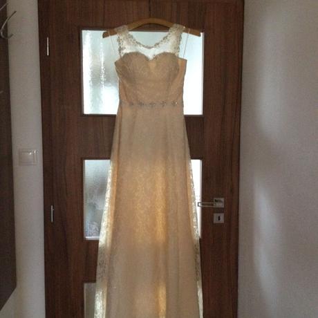 Svadobné alebo popolnočné šaty, 36