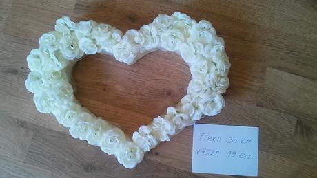 Závesné srdce z ruží,