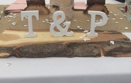 Dřevěná podložka na svatební stůl - iniciály,