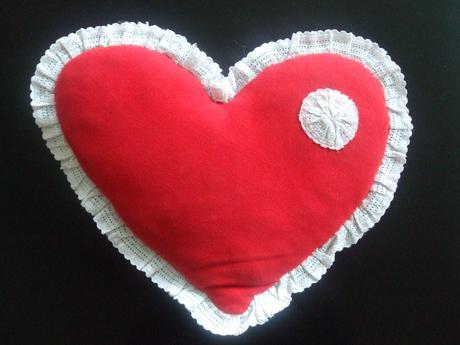 Ručne robený vankúš v tvare srdca,