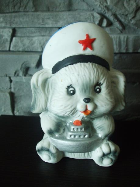 Soška-psík v námorníckom šýle.,