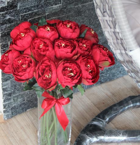 Poslední červená kytice pivoněk,