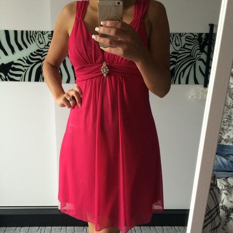 Fuchsiové  šaty s výraznou broží, 36