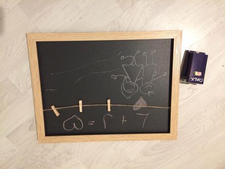 Menší tabule v dřevěném rámečku s kolíčky,