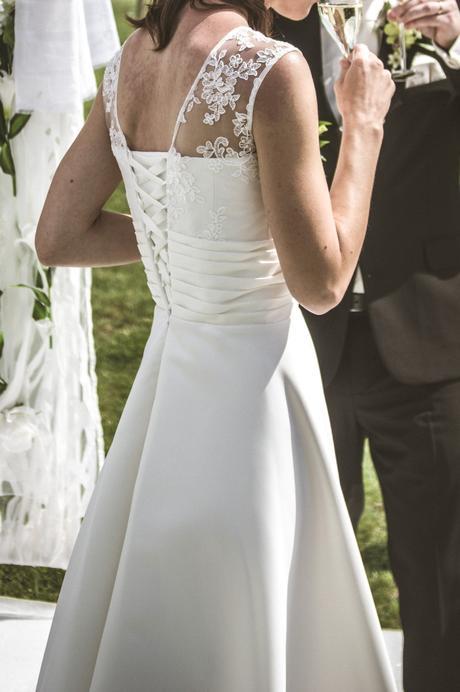 Elegantní saténové šaty s krajkou, 36