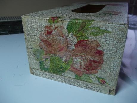 Drevený box na vreckovky v starožitnom vzhľade,