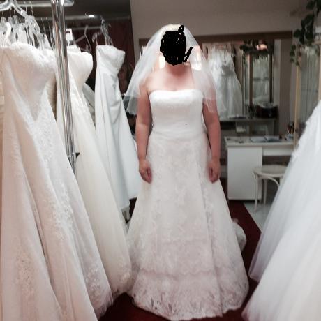 Svatební šaty s vlečkou., 42