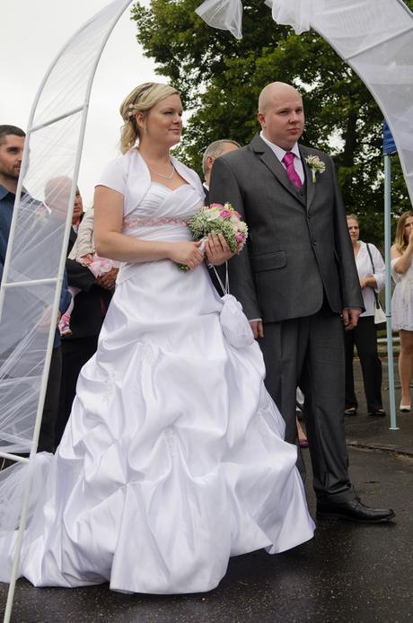 Sněhobílé svat. šaty s vlečkou pro princeznu 38-42, 40