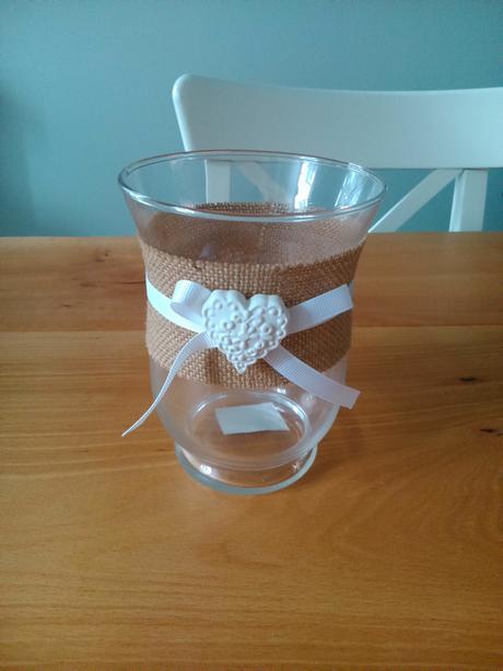 Váza s jutovou stuhou a ozdobou,