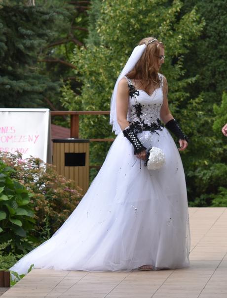 Svatební šaty s černostříbrnými doplňky s vlečkou, 38