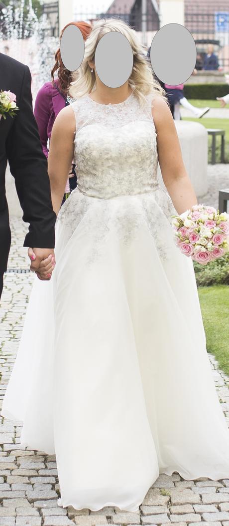 Splývavé svatební šaty se stříbrnou krajkou, 38