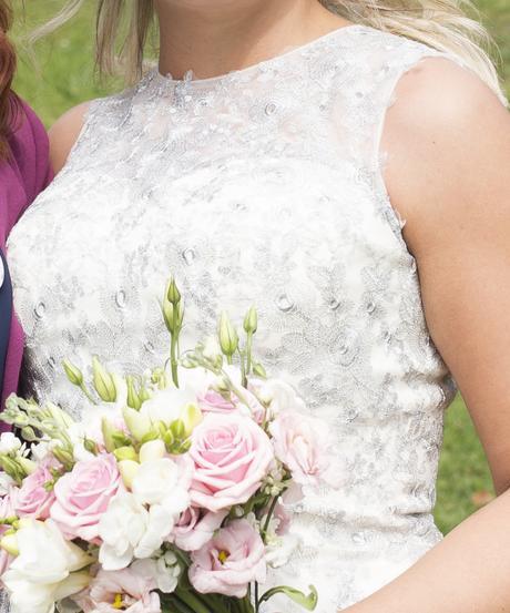 Splývavé svatební šaty se stříbrnou krajkou, 40