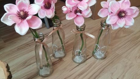 5 vázičky s umělými květy,