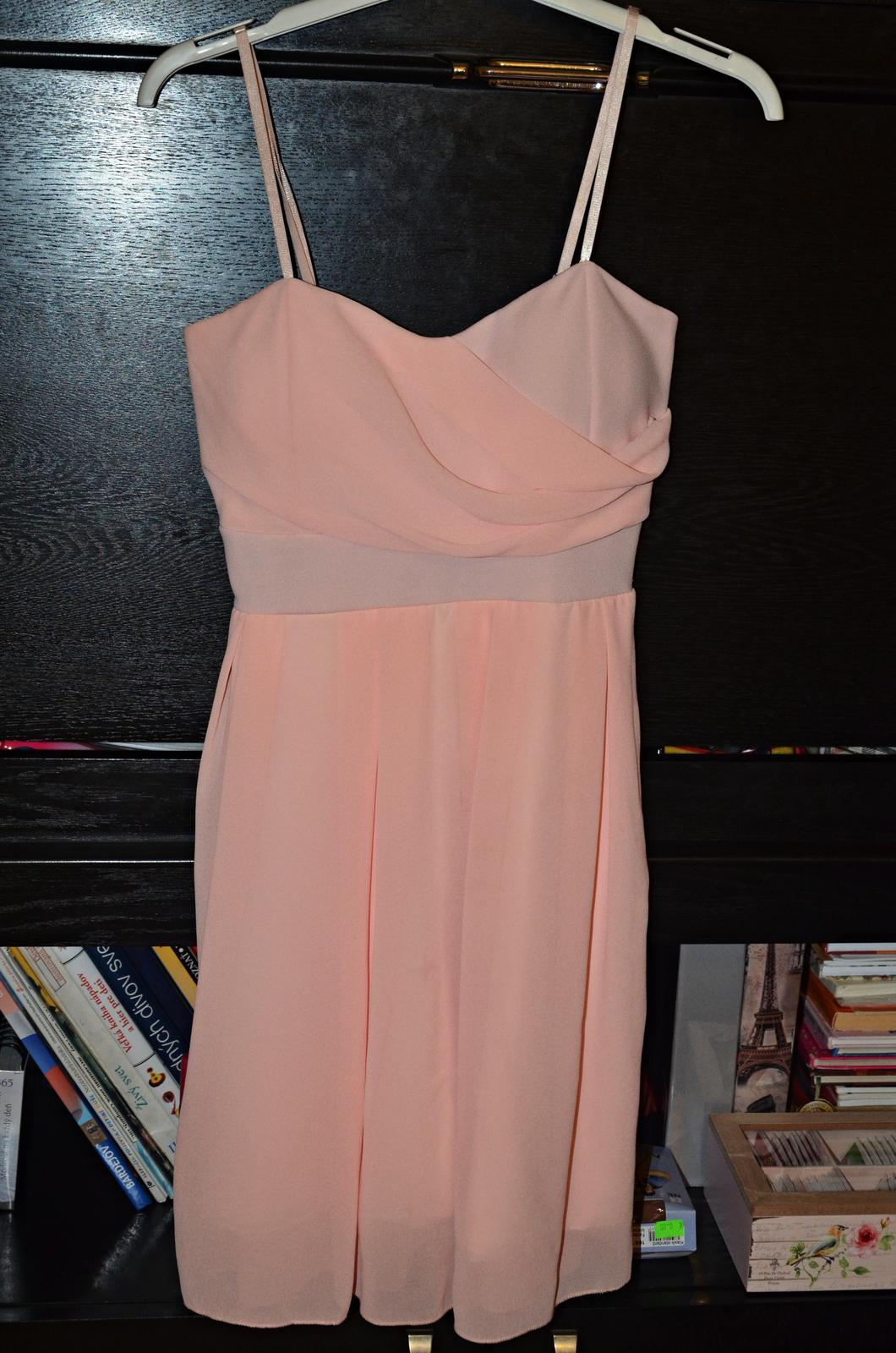 Krátke spoločenské šaty marhuľkovej farby c62839abf37