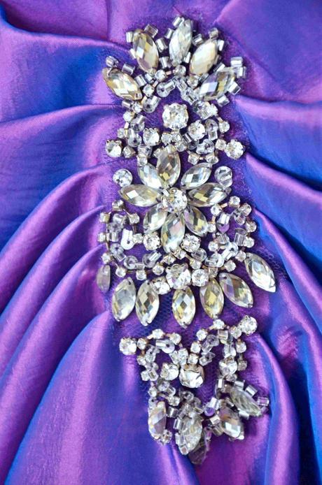 Dlhé spoločenské šaty fialovo-modrej farby,