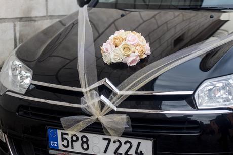 Kytice na auto nevěsty,