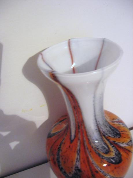 Váza z mliečného vrstveného skla,